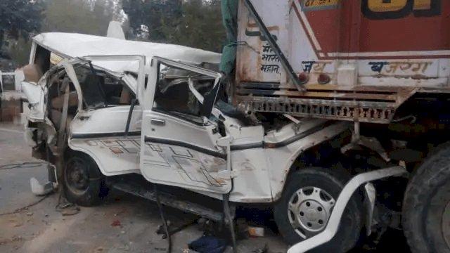 UP: प्रतापगढ़ में बारातियों से भरी बोलेरो खड़े ट्रक में घुसी, छह बच्चों समेत 14 की मौत